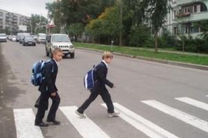На дороге — школьники
