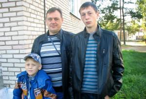 Виктор Дадеко с сыновьями Даниилом и Виталием.