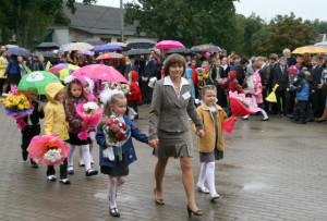 В первый класс ведёт ребятишек их первый учитель Т. С. Молодечкина.