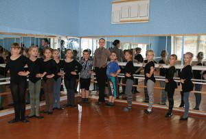 Заведующая хореографическим отделением Ирина Нарубина с учениками в новом  классе.