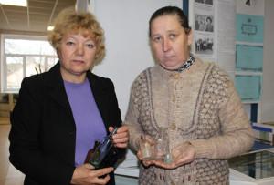 Директор музея Л. Вайновская и хранитель фонда Н. Сосновская с новыми экспонатами.