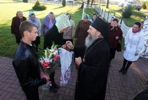 Прихожане с радостью приветствовали Владыку Феодосия, освятившего церковь.