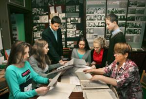 Школьники изучают историю Октября