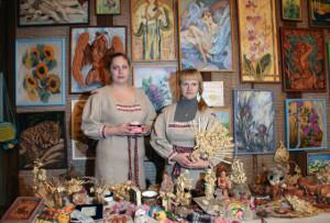 Выставка Дома ремёсел. Методист по ткачеству Т. Циро и методист по керамике Т. Демешко.