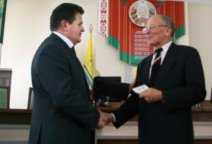 И. И. Маркович вручает медаль в честь 55-летия Кургана  Дружбы  краеведу  А. Ф. Буболо.