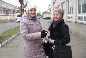 С. Фёдорова раздаёт памятки о вреде курения прохожим.