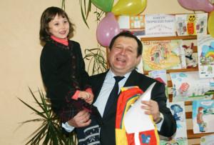 Директор филиала Белгосстрах по Витебской области Н. Б. Баран с первоклассницей Доминикой Кузиной.