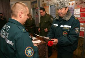 В. И. Чекан вручает Благодарственное письмо прапорщику внутренней службы А. В. Губскому.