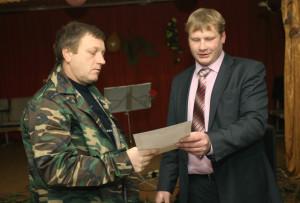 Директор СП «Борковичи» А. О. Наталкин награждает С. Д. Зязюлю.