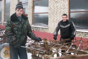 Механизаторы Михаил Папсуевич и Дмитрий Казак.