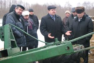 Председатель райисполкома И. И. Маркович (в центре) обсудил с участниками семинара меры по совершенствованию животноводческой отрасли.