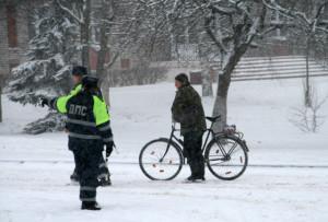 Передвигаться на велосипеде в снег и гололедицу запрещено.