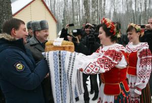 Хлеб-соль от белорусов - губернатору Псковской области А. А. Турчаку.