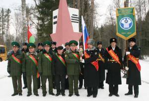 Передача символа Эстафеты Победы от белорусских пограничников российским.