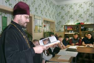 Отец Владимир рассказывает школьникам  об основах христианской морали.