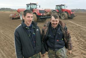 А. Борсток и М. Смирнов заняты на севе ячменя.