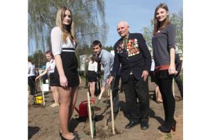 Ветеран Великой Отечественной войны В. В. Дащёнок посадил яблоню вместе с учащимися гимназии М. Гоголинской, В. Соболем, П. Шулья.