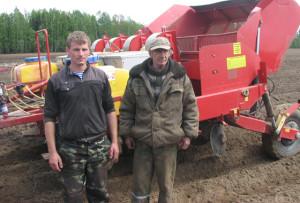 На посадке картофеля работают Артем Вайцель с помощником Леонидом Авчинниковым.