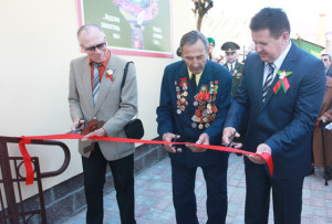 Будынак музея адкрываюць (справа налева) І. І. Марковіч, І. П. Пудаў, А. Ф. Бубала.