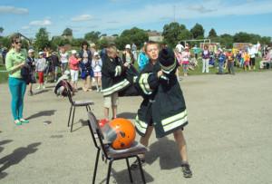 Ребята соревновались, кто быстрее оденет боевую одежду.