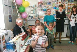 Кіра Кузняцова паказвае чарговую «шчаслівую» квітанцыю.