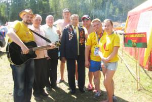 Участники лагеря «Бе-La-Русь» с ветеранами войны и труда (в центре слева направо) В. В. Дащёнком, М. Я. Добрановым и И. П. Пудовым.