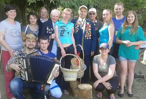 Волонтёры из Верхнедвинска с ветеранами войны и труда.