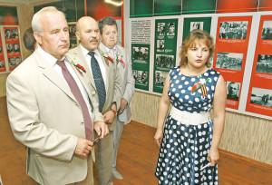 Н. Мороз проводит экскурсию по музею. (Слева направо) Н. Н. Шерстнёв, А. Е. Атясов, И. И. Маркович.