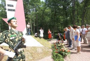 Участники встречи возложили гирлянды к памятникам подпольщикам и партизанам.