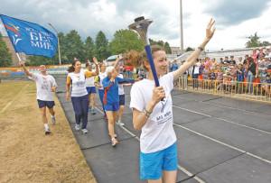 Жители Верхнедвинска приветствуют участников эстафеты «Бег Дружбы и Мира».