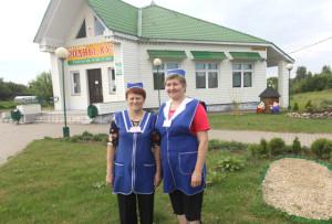 Продавцы магазина «Родны кут» на Гейженово Г. В. Синькевич  и С.М. Щербина заботятся и о качественном обслуживании покупателей, и о привлекательности территории магазина.