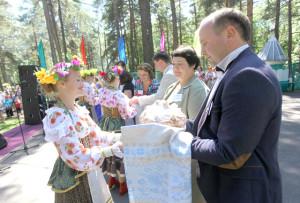 Хлеб-соль гасцям з Расіі і Латвіі.