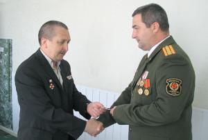 Медаль А. А. Ганусу вручает региональный представитель международной ассоциации ГСВГ В. В. Иванов.