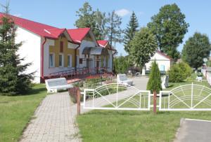 Благоустроенное здание сельского Совета украшает аг. Кохановичи.