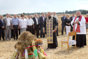 Обряд освящения снопов нового урожая, который провели о. Валентин и о. Чеслав, символизирует надежду на богатый урожай.
