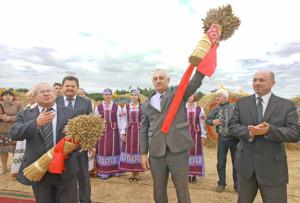 (Слева направо): В. В. Терентьев, И. И. Маркович, С. А. Догель и И. И. Фёдоров с хлебом нового урожая.