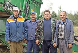 На уборке картофеля работают: Л. Авчинников, А. Харченко (помощники комбайнеров), Э. Курилёнок и В. Скачков (комбайнеры).