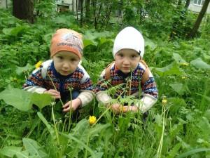 Посидим, отдохнем и маме букет цветов нарвем. Тимофей и Илья Мартыновы,  д. Борковичи.