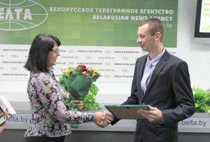 Награду вручает начальник управления по делам молодёжи Министерства образования Наталья Пшеничная.