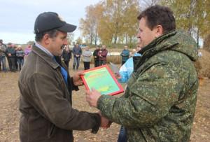 И. И. Маркович (справа) вручает диплом одному из победителей конкурса - механизатору  В. П. Морозу из СП «Кохановичи».