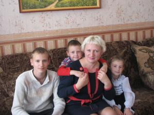 Нелли Зараковская с детьми  Максимом,  Львом  и  Надей.