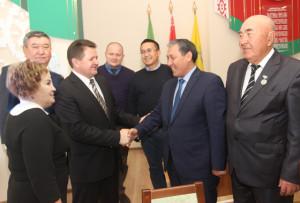 Председатель райисполкома И. И. Маркович приветствует делегацию г. Капшагай во главе с заместителем акима А. Н. Калкабаем.