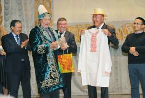 Заслуженные работники сельского хозяйства Беларуси И. Гринько и Казахстана А. Беспаев в знак уважения обменялись национальной одеждой.
