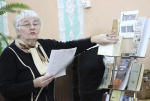 С экспонатами книжной выставки знакомит библиотекарь В. А. Антонова.