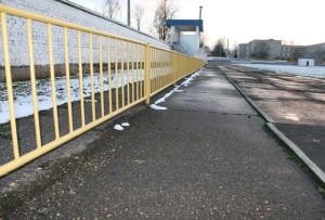 Вандалы сорвали с беговой дорожки стадиона резиновые плиты.