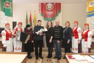 Уладзімір і Алеся Літвінавы з сынам Канстанцінам і ўдзельнікамі ўрачыстасці.