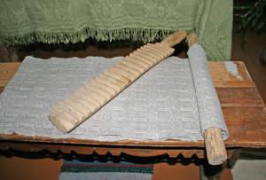 Таким деревянным утюгом пользовались наши бабушки и прабабушки.