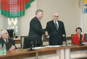 В. Е. Яковлев поздравляет вновь избранного председателя районного совета ветеранов М. Я. Добранова.