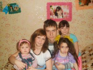 Екатерина и Константин Казачёнок  с дочерьми Василисой, Дианой и Викторией.