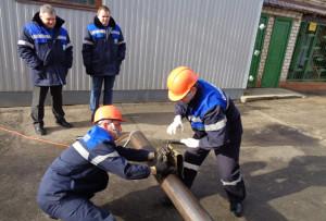 Утечку газа устраняют В. В. Замбер и А. И. Астапкович.